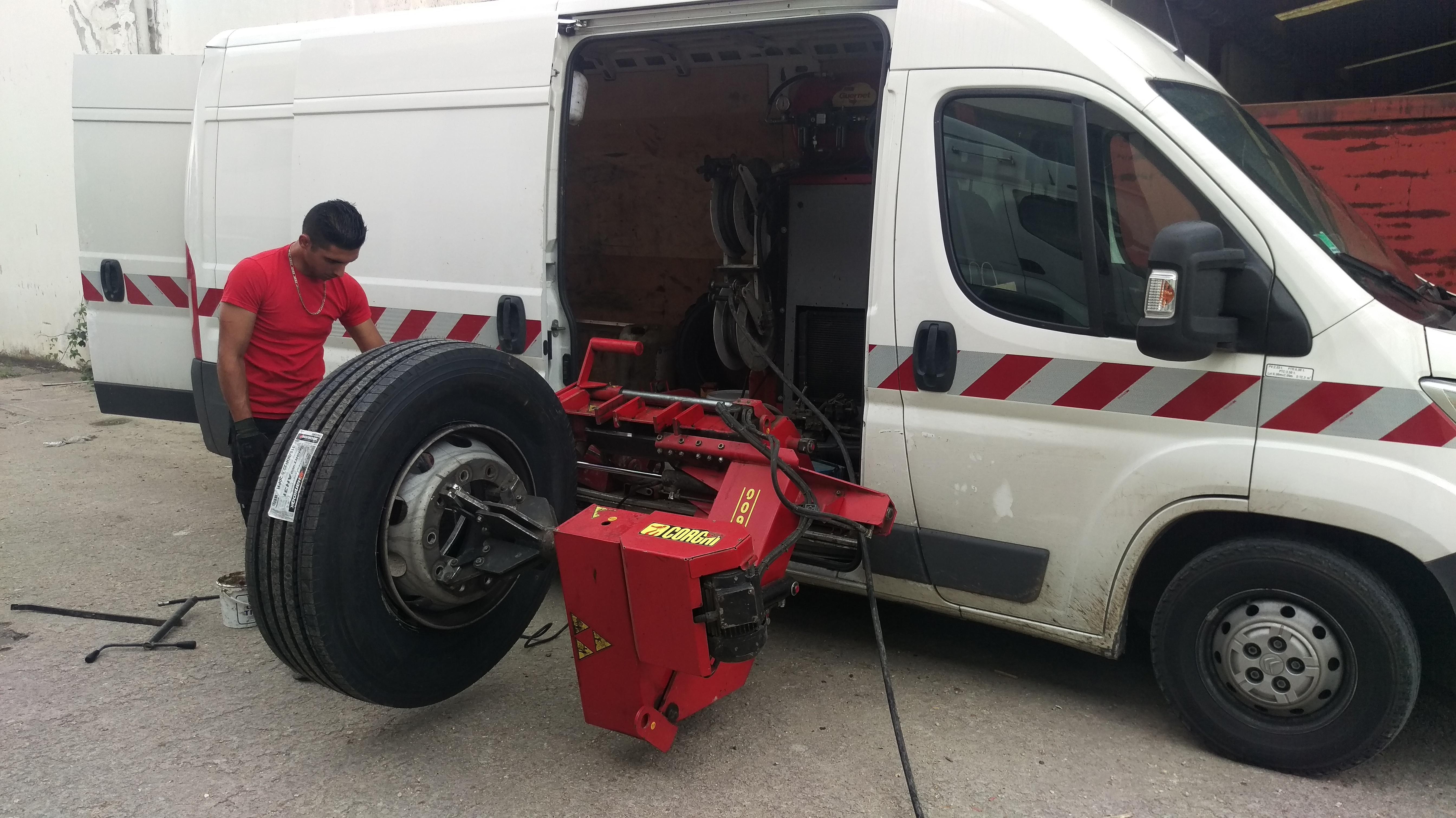 Photo d'un employé VIP Pneu travaillant sur un pneu